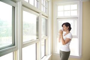 Montage der T-STRIPE Fensterheizung verhindert Kondenswasser am Kunstoffenster