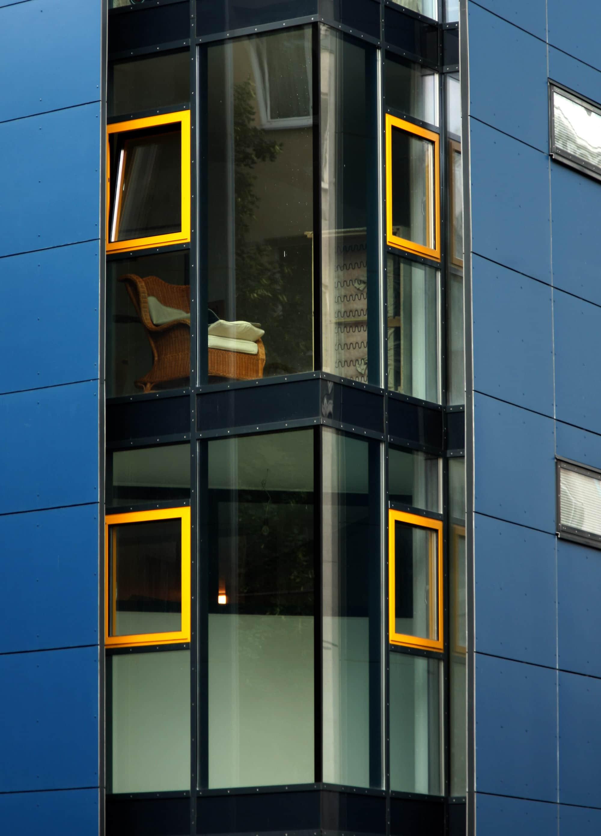 Glasecke detail. Eine Ganzglasecke als bodentiefe Eckverglasung ausgeführt, T-STRIPE Fensterheizung vermeidet Kondenswasser am Fenster