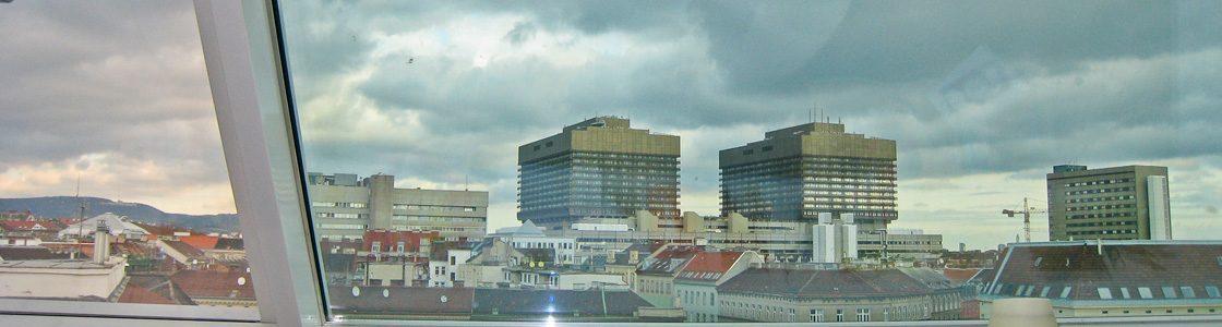 Von den Fenstern im Neubau in der Hebragasse (Wien) rann früher das Kondenswasser literweise – durch den fachmännischen Einsatz von T-STRIPE (in der Aluleiste verlegt) sind diese jetzt schön und trocken.